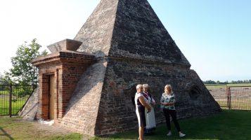 Lekcja historii pod piramidą